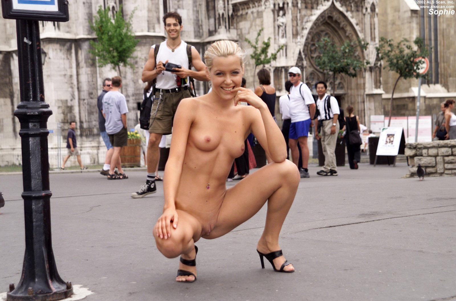 Смотреть порно эксбиционисты дрочут на публике 24 фотография